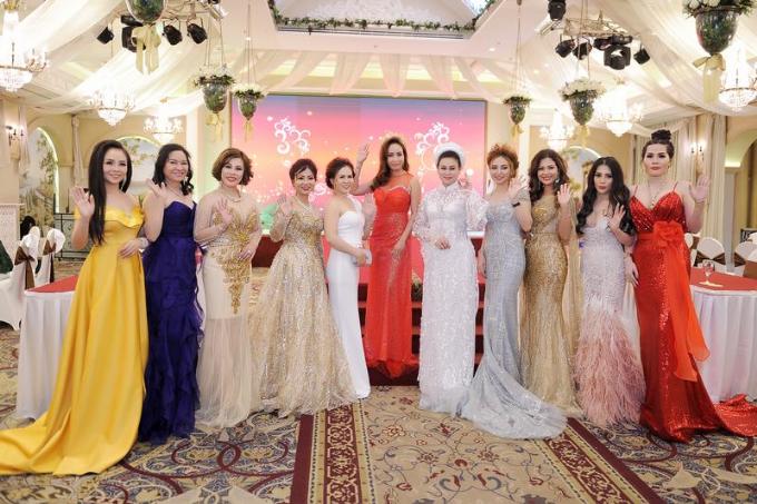 Đông đảo bạn bè thân thiết đến chúc mừng người đẹp, trong đó có Hoa hậu thần tượng Doanh nhân 2017 Minh Châu, ca sĩ Đình Đình...