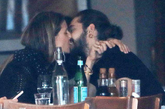 Heidi Klum choàng tay ôm hôn Tom Kaulitz khi đi ăn trưa hôm chủ nhật, 18/11.