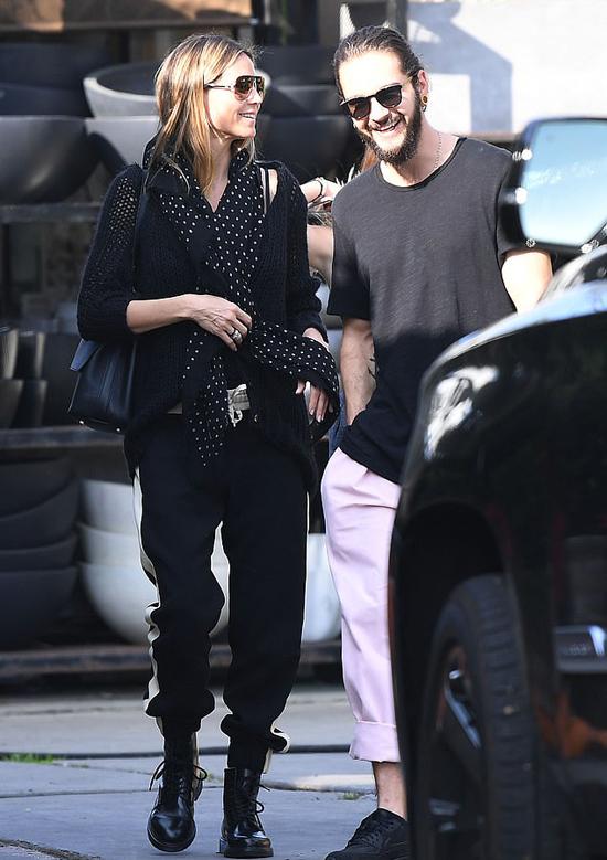 Bạn trai hiện tại của siêu mẫu 45 tuổi, ca sĩ Tom Kaulitz, hiện mới 29 tuổi. Cặp đôi hẹn hò từ tháng 3 năm nay và luôn quấn quýt như hình với bóng.