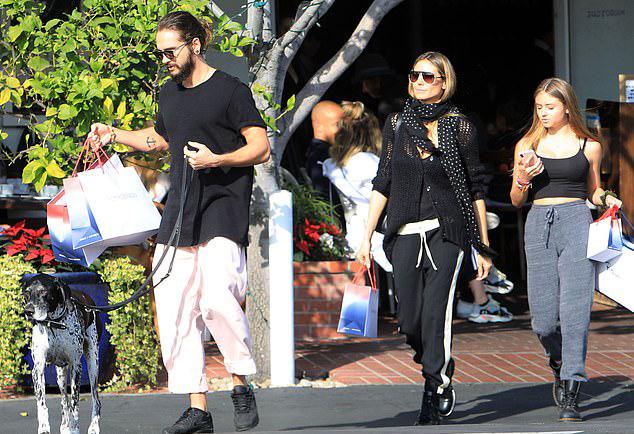 Cả ba sau đó rời nhà hàng, tiếp tục đi mua sắm.
