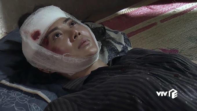 Ánh mắt trân trân nhìn lên trần nhà của Lan Cave sau khi bị tai nạn.