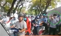 Ôtô bị chặn đầu vì cả trăm người đi xe máy lấn làn