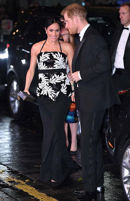 Tại buổi biểu diễn Royal Variety Performance thường niên được tổ chức tại nhà hát London Palladium tối qua (19/11), vợ chồng Harry - Meghan là những thành viên hoàng gia cao cấp duy nhất góp mặt.