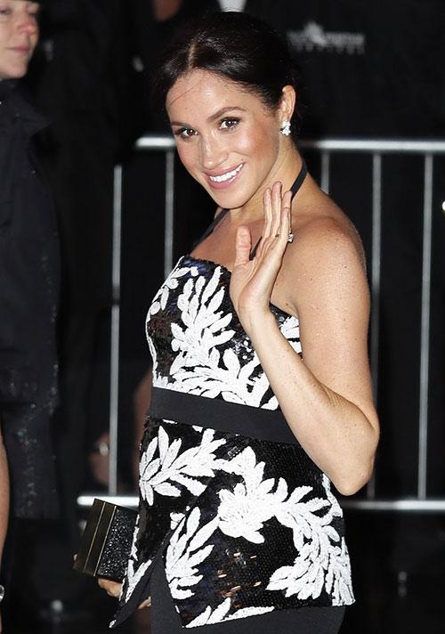 Xuất hiện tại sự kiện, bà bầu Meghan nổi bật trong chiếc áo đính sequinlấp lánh 1.145 USD, và váy maxi đen trị giá 1.090 USD của nhà thiết kế người London Safiyaa