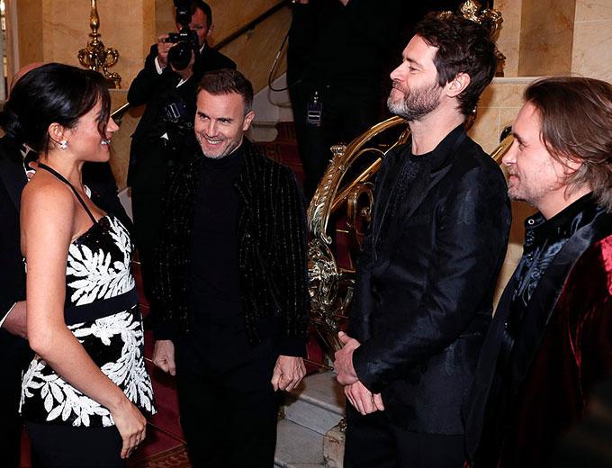 Tại buổi biểu diễn có sự tham dự của hàng loạt ngôi sao lớn, cựu nữ diễn viên Mỹ có cơ hội gặp gỡ ban nhạc nổi tiếng nhất nước Anh - Take That, với ba thành viên Gary Barlow, Howard Donald và Mark Owen.