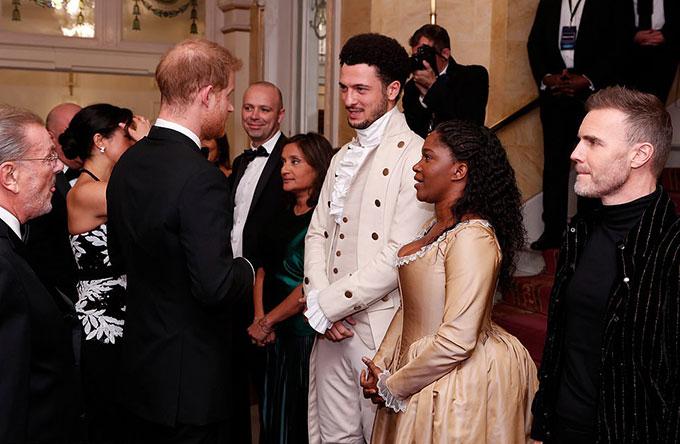 Ngoài ra, vợ chồng Meghan còn hội ngộlại dàn nghệ sĩtừng biểu diễntrong vởnhạc kịch Hamiltonhồi tháng 8.