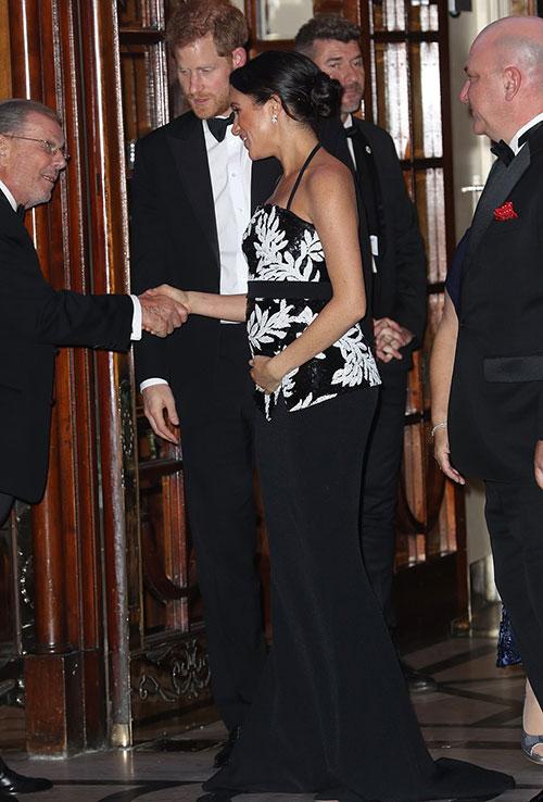 Nữ công tước xứ Sussex liên tục ôm bụng bầu ngày càng lớn ngay cả khi bắt tay quan khách.