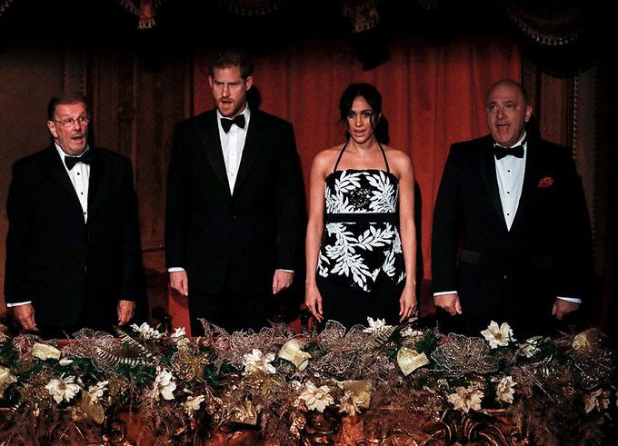 Vợ chồng Công tước xứ Sussex được đưa đến box hoàng gia - chỗ ngồi đẹp nhất trong nhà hát - để theo dõi buổi biểu diễn.