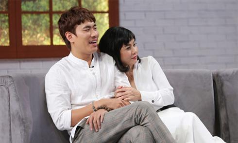 Cát Phượng thích diện đồ trắng xuất hiện bên Kiều Minh Tuấn