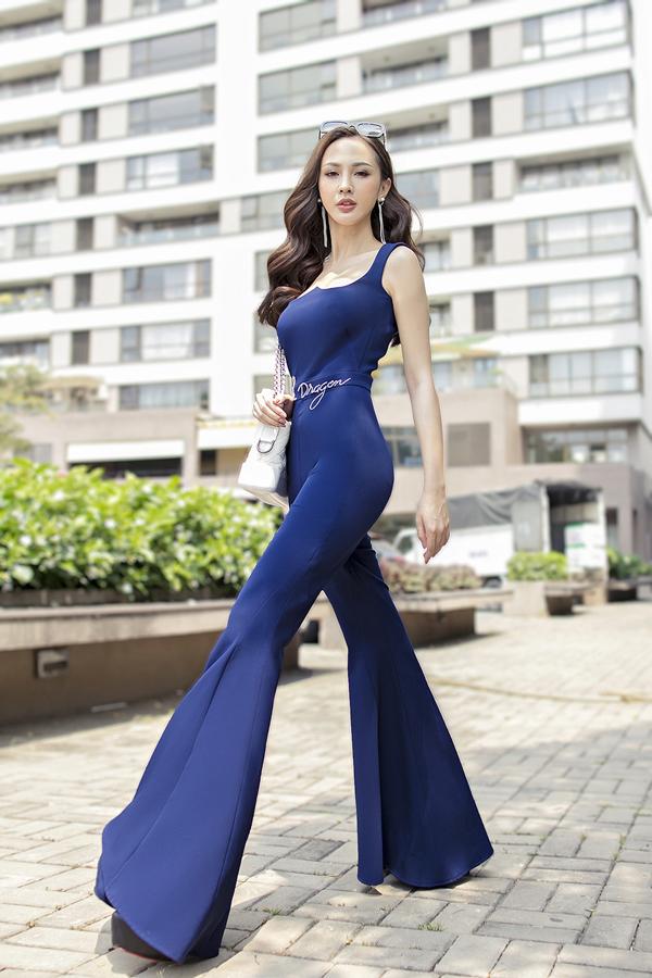 Hot girl Kelly Nguyễn khoe chiều cao lý tưởng không thua kém các siêu mẫu nhờ bộ trang phục có chi tiết ống quần độc đáo.