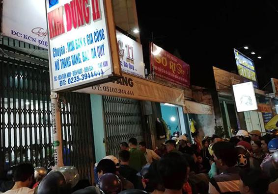 Người dân đến xem cảnh sát khám nghiệm hiện trường sau khi vụ cướp xảy ra hôm 19/11 tại tiệm vàng ở phường Điện Ngọc. Ảnh: Sơn Thủy.