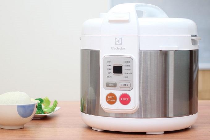 Hàng gia dụng điện tửElectroluxkhuyến mãi đến 36%. Các sản phẩm giảm giá đợt này gồm: bàn ủi, ấm đun nước, máy xay sinh tố, nồi cơm điện, máy hút bụi, máy lọc không khí, máy nướng bánh mì, máy pha cà phê, máy giặt...