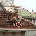 Bố khống chế con 2 tuổi, ném từ tầng hai xuống đất