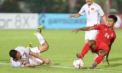 Cầu thủ Việt Nam liên tục nằm sân, trọng tài 'phớt lờ'