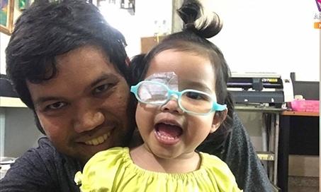 Bé 4 tuổi phải phẫu thuật mắt vì bố cho xem điện thoại thường xuyên