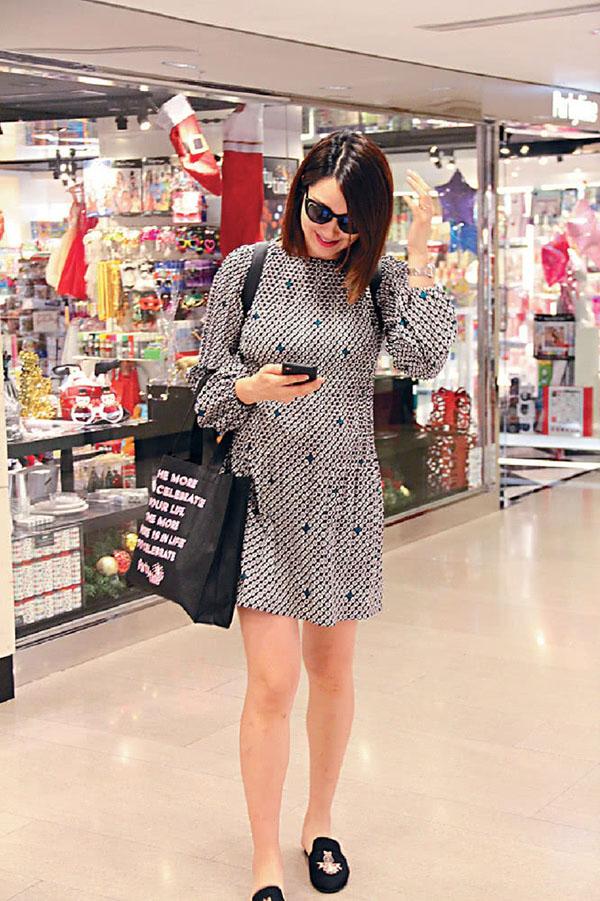 """Vợ """"chú lùn TVB"""" xinh đẹp ở tháng thứ 9 thai kỳ"""