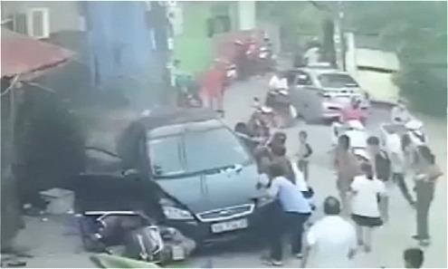 Ôtô tông hàng loạt người ngồi ăn lề đường Hà Nội