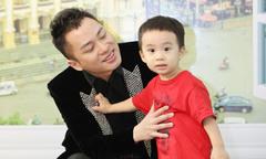 Tùng Dương chơi đùa với con trai trước giờ diễn
