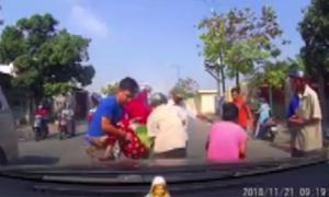 Ba người đi xe máy suýt bỏ mạng vì ngã trước đầu ôtô
