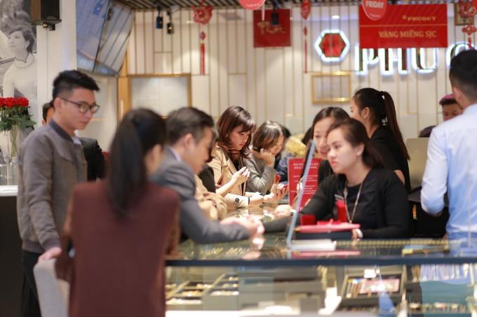 Hàng nghìn lượt khách hàng đã đến mua sắm tại Tập đoàn vàng bạc đá quý Phú Quý vào dịp Black Friday 2017.