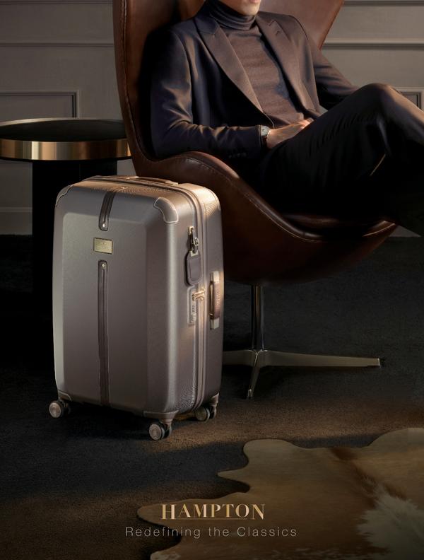 Dòng vali Hampton đến từ thương hiệu Samsonite Black Label sở hữu phong cách cổ điển, kết hợp giữa hiệu suất với thiết kế tinh vi. Sản phẩm có đầy đủ tính năng, chi tiết bằng da mềm mại, khóa kéo màu vàng và các tấm logo trang trí tạo thêm sự sang trọng.