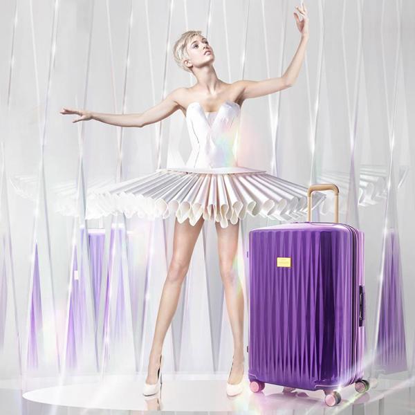 Dòng vali cao cấp Plutus là sự pha trộn giữa chức năng và thời trang cao cấp. Được thiết kế với họa tiết lăng kính, kết hợp các chi tiết tinh tế, trang nhã, cũng như nội thất phong phú, BST Plutus giúp bạn có một hành trình sang trọng và tinh tế.