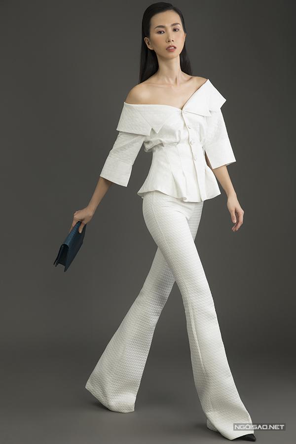 Bên cạnh các mẫu trang phục được thiết kế trên chất liệu vải thịnh hành, nhà thiết kế còn dành tặng cho phái đẹp các kiểu suit phá cách trên chất liệu vải lụa xốp đầy ấn tượng.