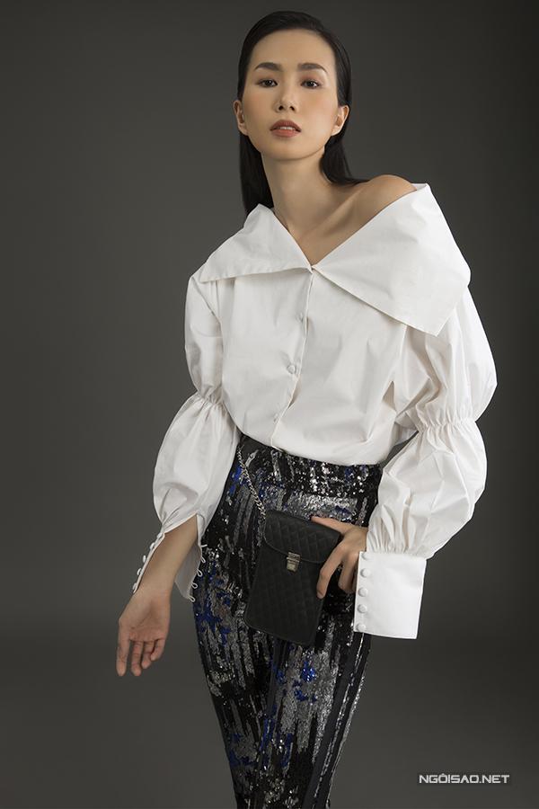Quần seuqins đa sắc được kết hợp cùng sơ mi biến tấu, belt bag thiết kế gọn gàng để giúp Trần Thanh Thuỷ trở nên sành điệu hơn.