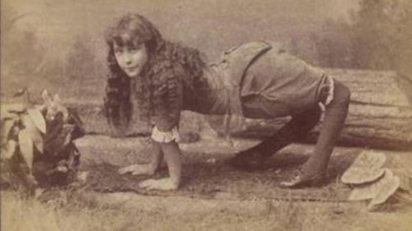 Trong số những nhân vật gây chú ý của gánh xiếc là Ella Harper. Sinh ra với tình trạng kỳ lạ, khiến đầu gối bị bẻ mặt ra sau, Ella di chuyển bằng cách sử dụng cả bốn chi và chính điều này khiến cô được gọi là Cô gái lạc đà. Đến năm 1886, khi đã trở thành ngôi sao của gánh xiếc, Ella đòi được trả thù la0 200 USD một tuần.