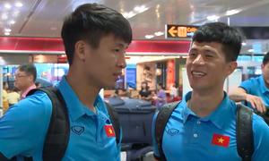Tuyển thủ Việt Nam tấp nập ký tặng fan ở sân bay