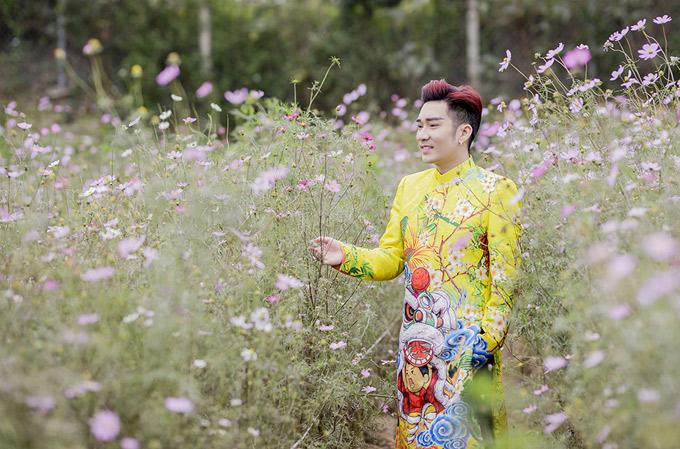 Quang Hà rất thích mặc áo dài họa tiết dân gian, đậm nét truyền thống.