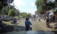 Thanh niên dừng xe máy tránh nắng giữa đường mặc ôtô bóp còi