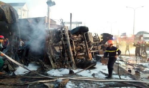 Tại hiện trường, xe bồn chở xăng bị lật, đang được lực lượng cứu hỏa dập lửa. Ảnh: Văn Trâm.