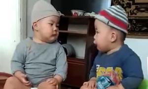 Hai em bé vừa ngồi bô vừa 'tranh luận nảy lửa'