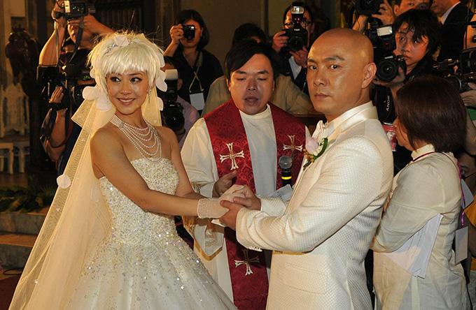 Cặp đôi trong lễ cưới tại Phillipines năm 2009.
