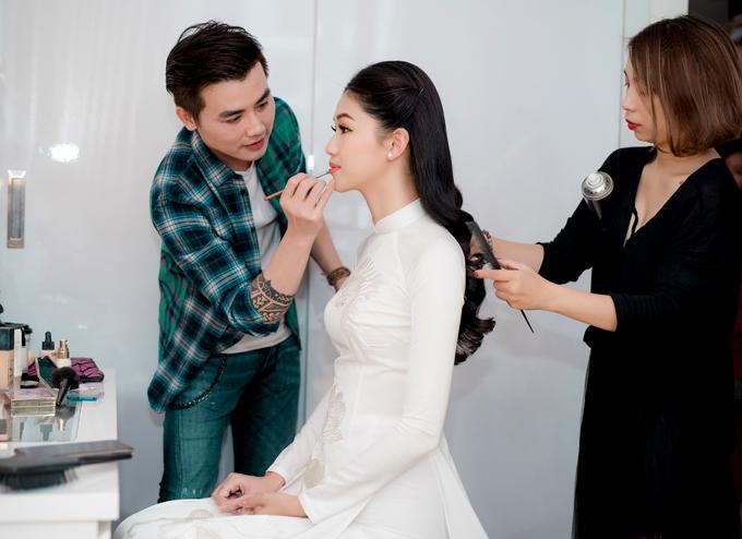 Thanh Tú được hai chuyên gia trang điểm, làm tóc giúp chăm chút dung nhan trước giờ làm lễ.