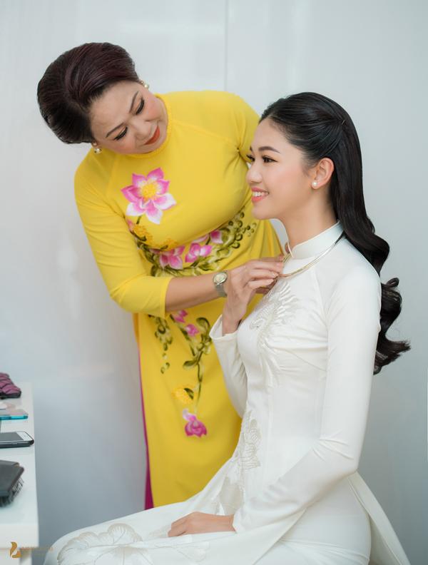 Mẹ Á hậu đeo trang sức, dặn dò con gái chu đáo trong ngày trọng đại.