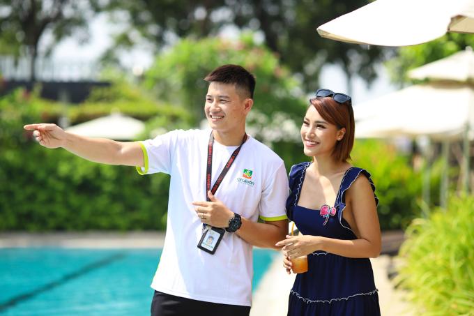 Dưới chỉ dẫn của ban quản lý Celadon City, cô Á hậu xinh xắn háo hức khám phá hồ bơi trong khu thể thao Celadon Sports & Resort Club