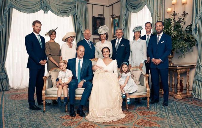 Gia đình Middleton đứng bên phải chụp ảnh cùng hoàng gia trong ngày lễ rửa tội của Hoàng tử Louis - con thứ ba của vợ chồng William - Kate, hồi tháng 7. Ảnh: Kensington Palace.