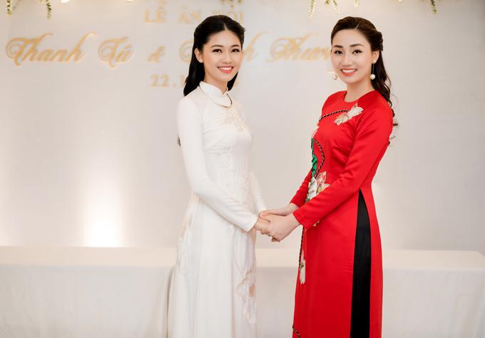 Chị gái của Thanh Tú là Á hậu Hoàn vũ Việt Nam 2015 Ngô Trà My mặc áo dài đỏ nổi bật trong lễ đính hôn của em.