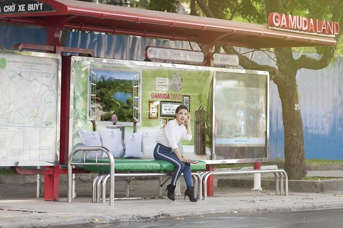 Toàn cảnh trạm chờ xe buýt với chiếc ghế đệm xanh giúpxoa dịu cái nắng nóng của Sài Gòn, những người thường xuyên di chuyển bằng xe buýt cảm thấy dễ chịu, thoải mái hơn.