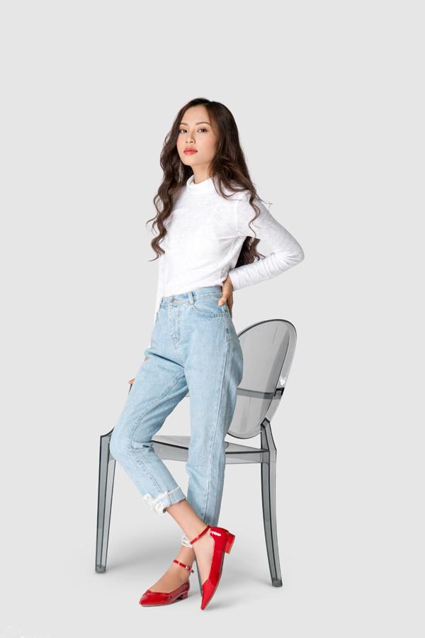 Dù đế cao hay thấp, khi kết hợp giày cùng quần jeans, áo full sẽ mang đến cho các nàng sự năng động và dễ thương.