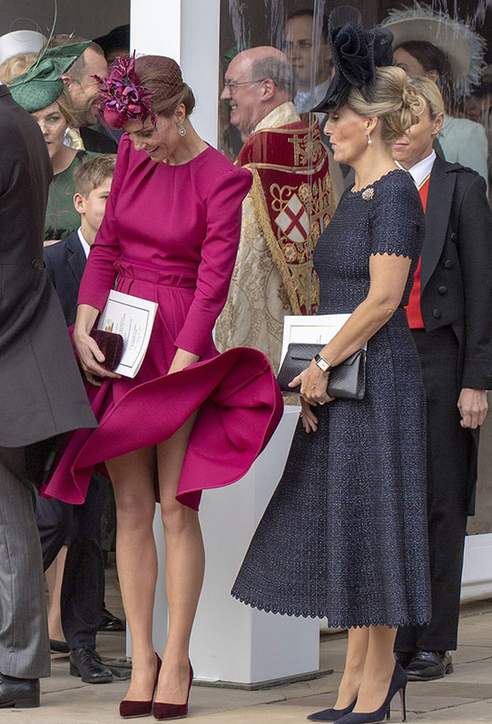 Kate lấy tay giữ váy khi cơn gió mạnh thổi qua. Ảnh: Max Mumby.