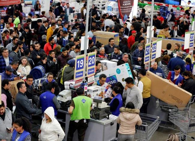 Hàng ngàn người chờ thanh toán trong ngày Black Friday tại một trung tâm thương mại ở Mỹ. Ảnh: Time.