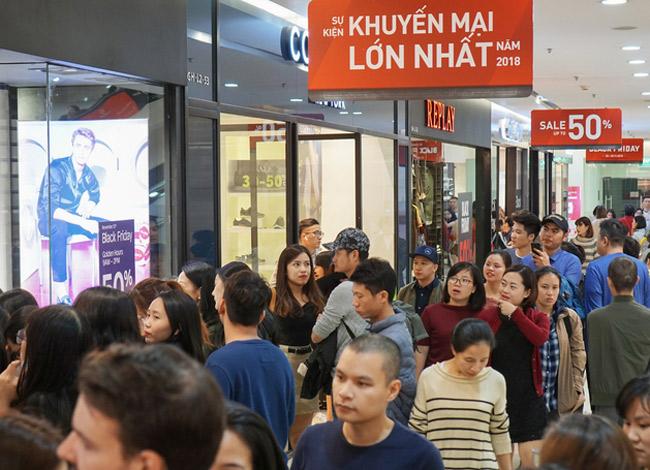 Các trung tâm thương mại cũng thất thủ trước hàng nghìn lượt khách mua sắm.