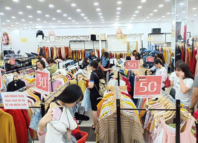 Bên trong các cửa hàng thời trang chủ yếu là các bạn trẻ đến mua sắm.