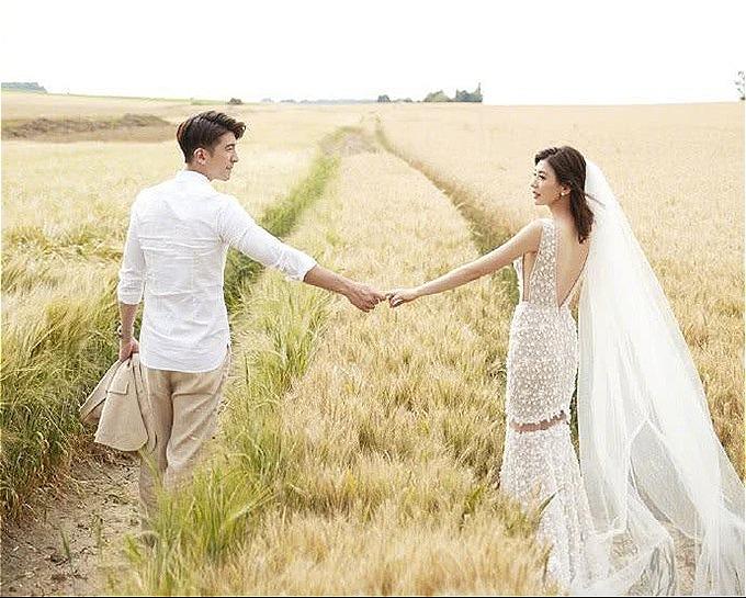 Váy cưới khoét lưng tôn vóc dáng nhỏ nhắn và làn da đẹp của Giả Tịnh Văn. Ảnh: Weibo.