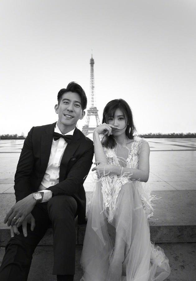 Một khoảnh khắc hạnh phúc trong bộ ảnh cưới của vợ chồng Giả Tịnh Văn. Ảnh: Weibo.