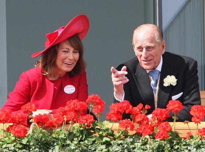 Mẹ của Kate, bà Carole Middleton, ngồi xem giải Royal Ascot với Hoàng thân Philip năm 2012. Ảnh: UK Press.