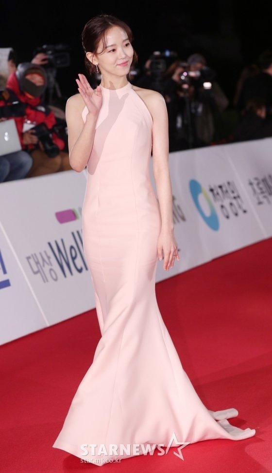 Kang Han Na lựa chọn đầm dạ hồng hồng pastel thanh lịch.